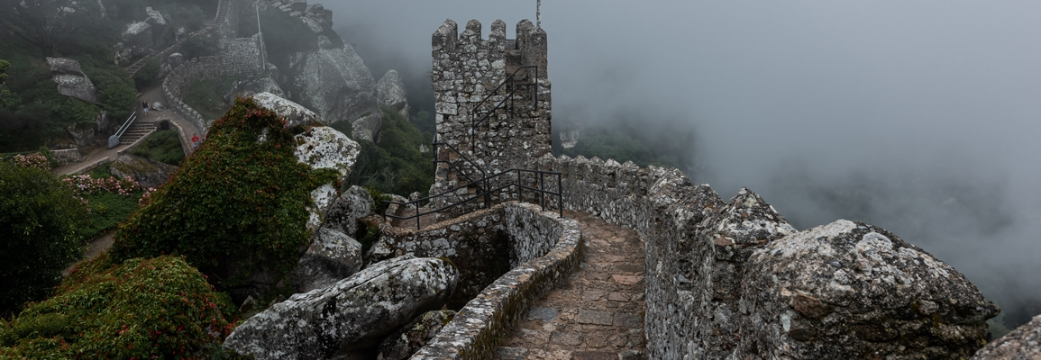 Image of a Historic Castle - Moors, Sintra, Portugal on a foggy day. <a href='https://www.freepik.com/photos/building'>Building photo created by wirestock - www.freepik.com</a>
